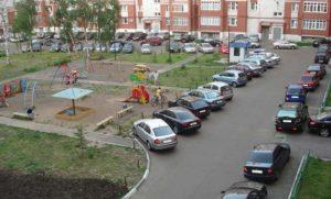 Детская площадка и парковка во дворе